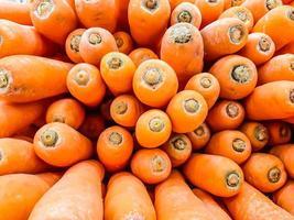 zanahoria orgánica. Fondo de textura de zanahorias naranjas grandes frescas, las zanahorias son buenas para la salud, zanahoria madura saludable para preparar comida foto