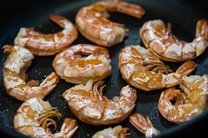 pelar fácilmente los camarones en una sartén foto