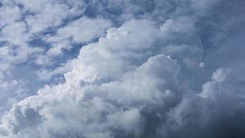espectacular cielo con nubes tormentosas foto