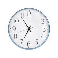 cinco minutos para las siete en un reloj foto