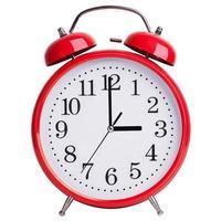 El despertador rojo muestra exactamente tres horas. foto