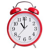 El despertador rojo muestra exactamente las once. foto