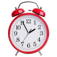 el despertador muestra cinco minutos para las dos foto