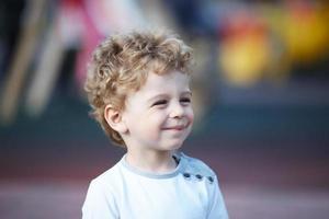 retrato de un joven de pelo rizado foto