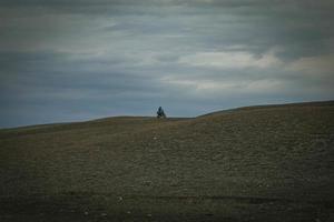 el motociclista monta motocicleta en las montañas foto