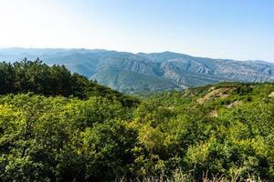 Pendiente de la montaña del Cáucaso en Georgia foto