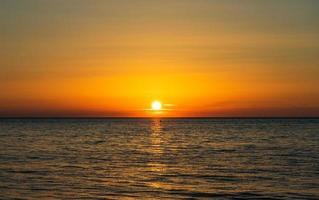 puesta de sol sobre el mar negro foto