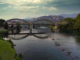 vista panorámica sobre el puente y el río foto