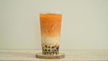 thailändischer Milchtee mit braunen Zuckerblasen video