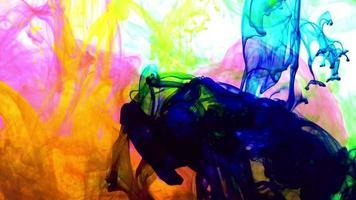 gocce di inchiostro colorato vivido astratto che si diffondono nella trama dell'acqua. video