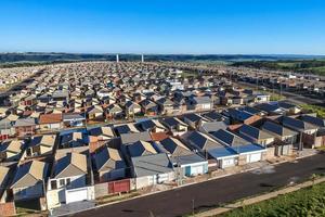 Vista aérea de las casas estandarizadas del programa minha casa minha vida del estado de sao paulo, brasil foto