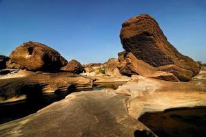 Puesta de sol invisible en los agujeros de roca vista de piedra sam pan bok grand canyon, ubon ratchathani, noreste de tailandia foto