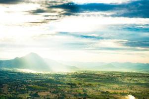 hermoso paisaje de montañas y cielo azul de nubes foto