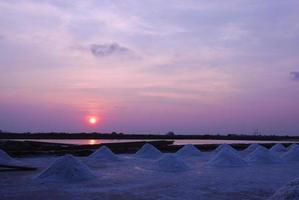 hermoso atardecer cultivo de sal foto
