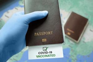 viajar después de una pandemia. concepto de certificado sin riesgo de pasaporte de inmunidad. foto