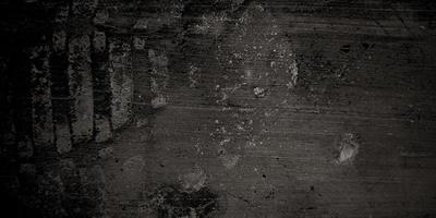 Grietas oscuras y arrugas en papel viejo granulado en fondo de acuarela negro con abstracto jaspeado foto