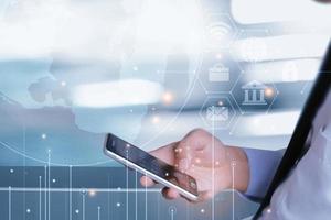 pago en línea de empresario en teléfonos inteligentes, manos masculinas mediante pagos de teléfonos inteligentes, banca y compras en línea. foto