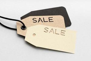 Grupo de etiquetas de precio con texto de venta aislado sobre fondo gris foto