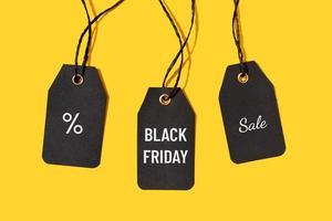 Etiquetas de precio con texto de venta de viernes negro aislado sobre fondo amarillo foto