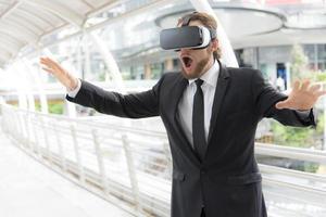 empresario con gafas de realidad virtual y disfrutando de esta actividad, concepto de tecnología futura, concepto de imaginación foto