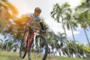Deportista en bicicleta desde las tierras altas, el enfoque selectivo, el desenfoque radial, el concepto deportivo foto