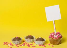 delicioso pastel de dulces dulces con palito de papel foto