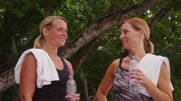 retrato de dos mujeres haciendo ejercicio en la playa. filmado en rojo épico para una resolución de alta calidad de 4k, uhd, ultra hd. video