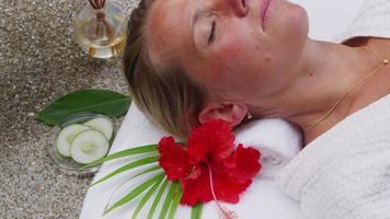 mulher no spa obtém pepinos colocados sobre os olhos. filmado em vermelho épico para alta qualidade 4k, uhd, resolução ultra hd. video