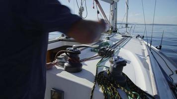 Capitán de velero izando velas. filmado en rojo épico para una resolución de alta calidad de 4k, uhd, ultra hd. video