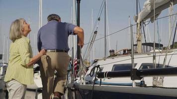 seniorpar förbereder segel. sköt på röd epik för högkvalitativ 4k, uhd, ultrahd -upplösning. video