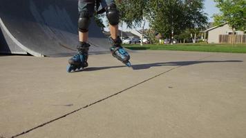 garçon, patin à roues alignées, à, parc, gros plan, de, pieds video