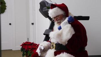jultomten som lyfter vikter i gymmet video