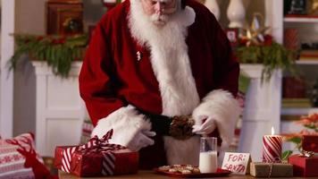jultomten har lite mjölk och kakor video