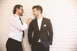dos jóvenes empresarios inteligentes hablando juntos durante el tiempo libre en el interior. trabajo en equipo de negocios y concepto de compañero de trabajo, concepto de relax. Pinterest de tono suave e instragram como proceso foto