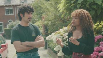 mujer y hombre, posición, en, acera, teniendo conversación video