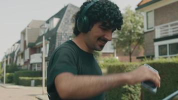 man met koptelefoon lacht wandelt en danst op straat video