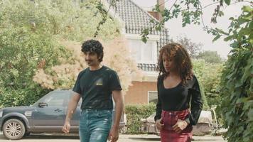 vrouw en man lopen op stoep in gesprek video