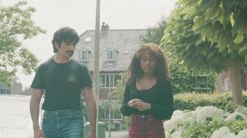 kvinna och man som går på trottoaren som har konversation video
