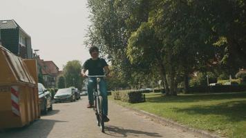 hombre en bicicleta en los suburbios video