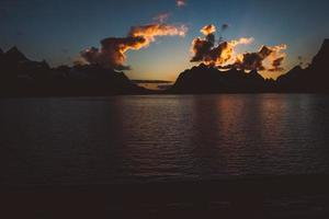 puesta de sol sobre las montañas junto al mar foto