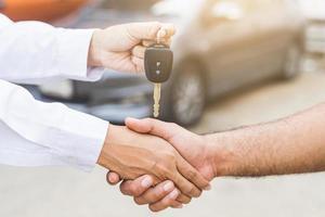 hombre de negocios, dar, un, llave del coche foto