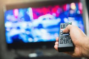 joven, tenencia, televisión, control remoto foto