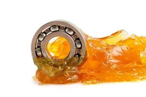 Rodamiento de bolas de acero inoxidable con grasa de litio lubricación de maquinaria para automoción e industrial aislado sobre fondo blanco con trazado de recorte foto