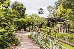hermosa mezcla de naturaleza y arquitectura jardines botánicos de perdana, malasia. foto