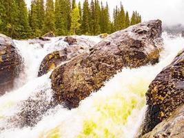 Río que fluye rápido en las cascadas rjukandefossen, hemsedal, Noruega foto