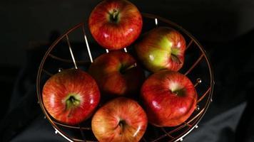 samenstelling van een mand met gouden appels video