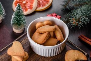 marco navideño con ramas de abeto, galletas de jengibre foto