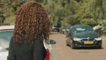 kvinna som hyllar en hytt på gatan pratar med föraren och sätter sig i ryggen video