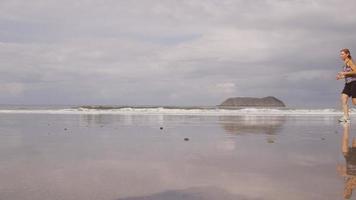 mujeres corriendo en la playa, cámara lenta. filmado en rojo épico para una resolución de alta calidad de 4k, uhd, ultra hd. video