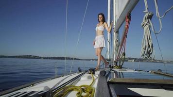 jonge vrouw lopen op zeilboot. geschoten op rood episch voor hoge kwaliteit 4k, uhd, ultra hd-resolutie. video